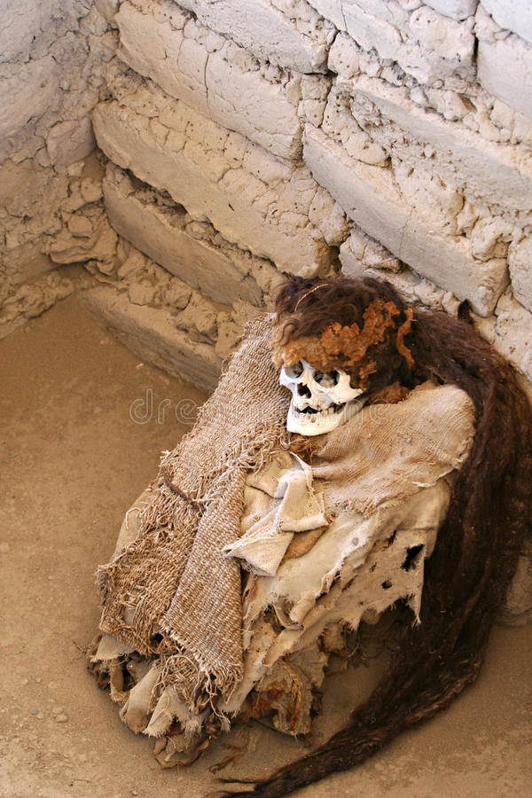 Μούμια που τυλίγεται αρχαία στο ύφασμα στοκ φωτογραφία με δικαίωμα ελεύθερης χρήσης