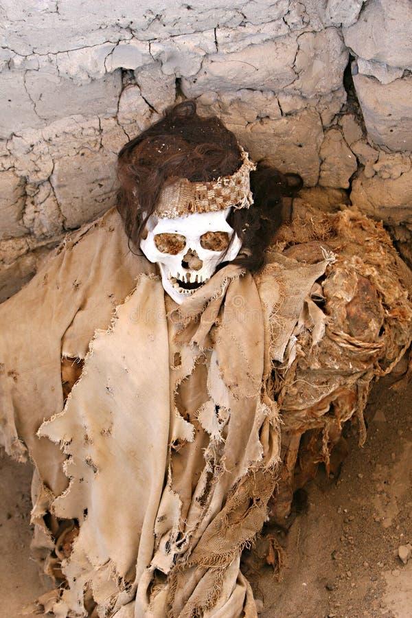 Μούμια που τυλίγεται αρχαία στο ύφασμα στοκ εικόνα
