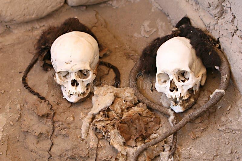 Μούμια που τυλίγεται αρχαία στο ύφασμα στοκ φωτογραφίες