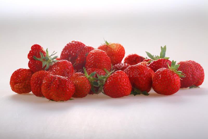 Μούρα μιας κόκκινης ώριμης φράουλας σε ένα άσπρο υπόβαθρο στοκ φωτογραφία