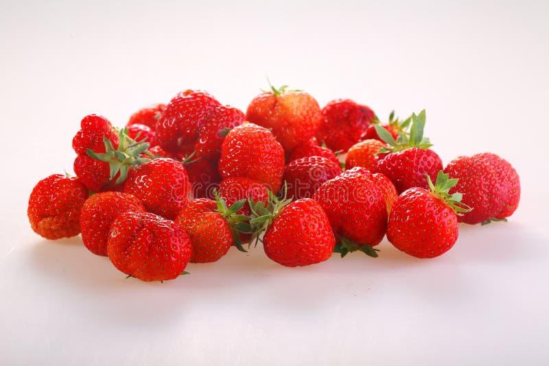 Μούρα μιας κόκκινης ώριμης φράουλας σε ένα άσπρο υπόβαθρο στοκ φωτογραφία με δικαίωμα ελεύθερης χρήσης