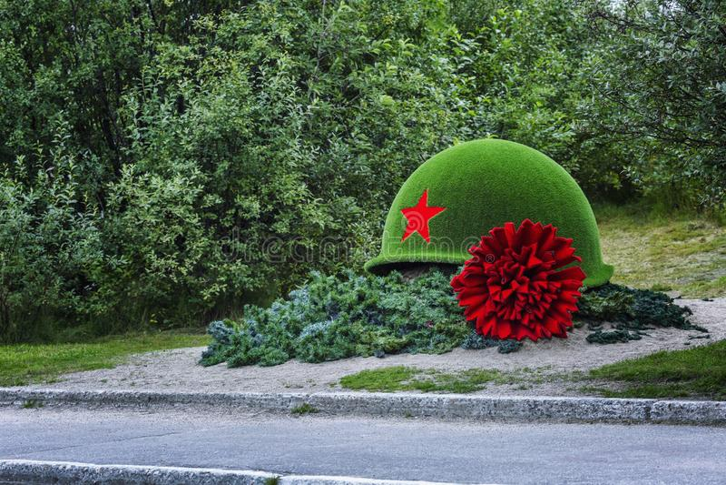 Μούρμανσκ, Ρωσία, 08 29 2017: Μνημείο στους νεκρούς στρατιώτες υπό μορφή κράνους και κόκκινου γαρίφαλου στοκ φωτογραφία