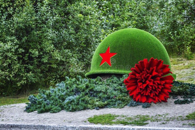Μούρμανσκ, Ρωσία, 08 29 2017: Μνημείο στους νεκρούς στρατιώτες υπό μορφή κράνους και κόκκινου γαρίφαλου στοκ φωτογραφίες