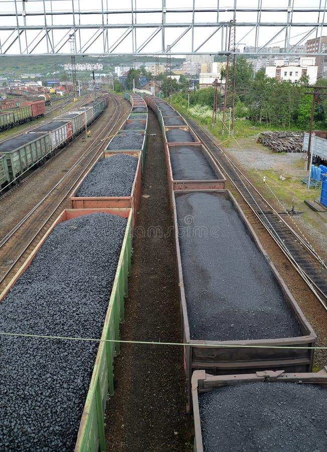 ΜΟΎΡΜΑΝΣΚ, ΡΩΣΙΑ Δομές φορτίου με τη στάση άνθρακα στο σιδηροδρομικό σταθμό στοκ φωτογραφίες με δικαίωμα ελεύθερης χρήσης