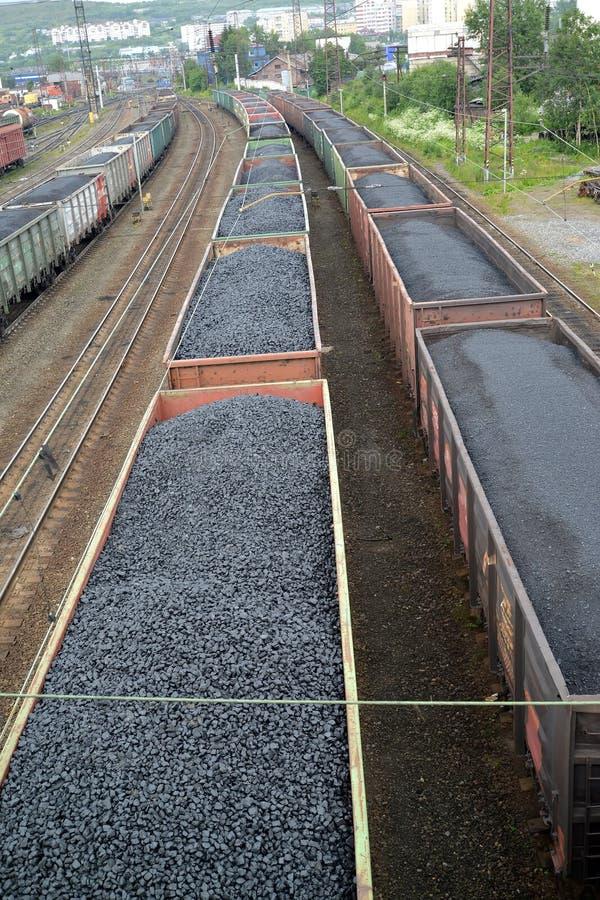 ΜΟΎΡΜΑΝΣΚ, ΡΩΣΙΑ Δομές φορτίου με τη στάση Μούρμανσκ άνθρακα στο σιδηροδρομικό σταθμό στοκ φωτογραφίες