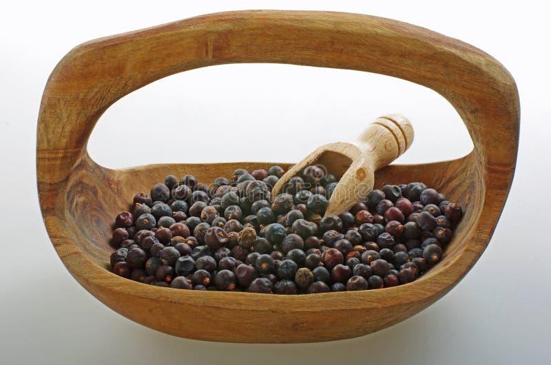 Μούρο ιουνιπέρων σε ένα ξύλινο κύπελλο στοκ εικόνα με δικαίωμα ελεύθερης χρήσης