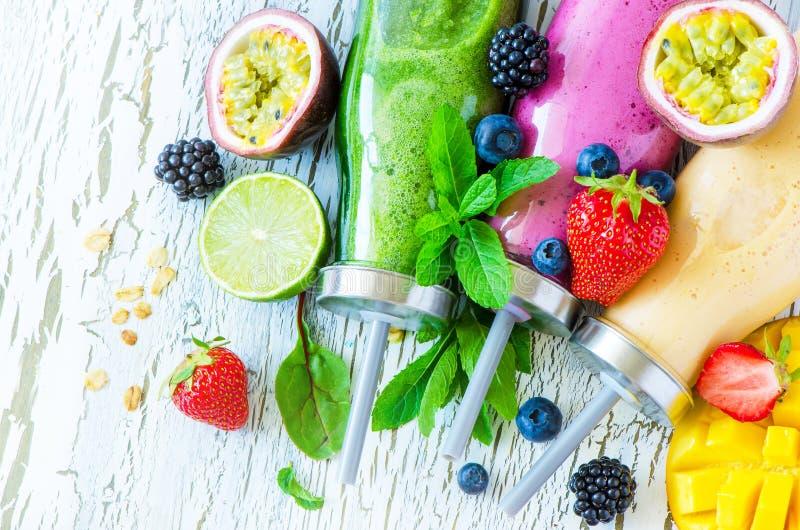 Μούρο και καταφερτζής φρούτων στα μπουκάλια, υγιές καλοκαίρι detox yogur στοκ φωτογραφία