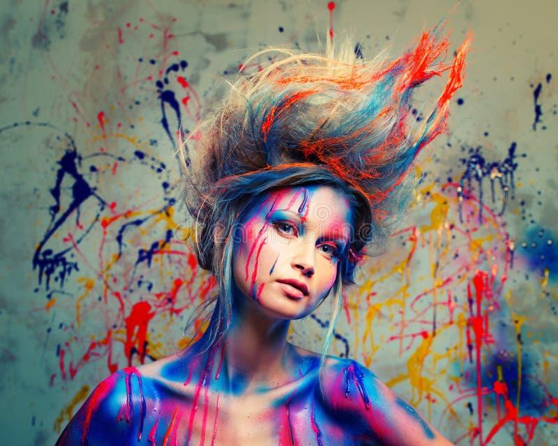 Μούσα γυναικών με την τέχνη σωμάτων στοκ εικόνες
