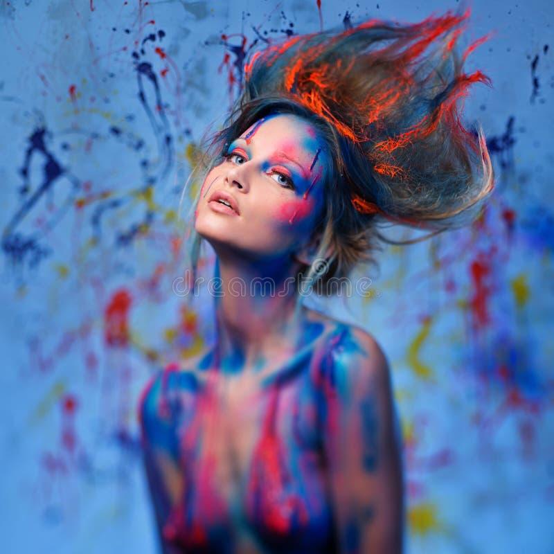 Μούσα γυναικών με την τέχνη σωμάτων στοκ εικόνες με δικαίωμα ελεύθερης χρήσης