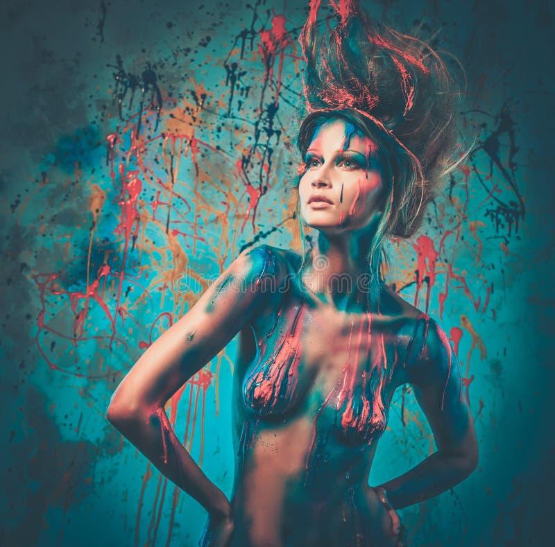 Μούσα γυναικών με τη δημιουργική τέχνη σωμάτων στοκ φωτογραφία