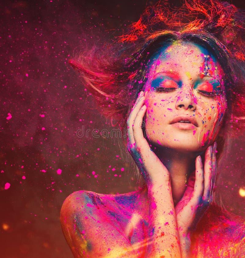 Μούσα γυναικών με τη δημιουργική τέχνη σωμάτων στοκ εικόνα με δικαίωμα ελεύθερης χρήσης