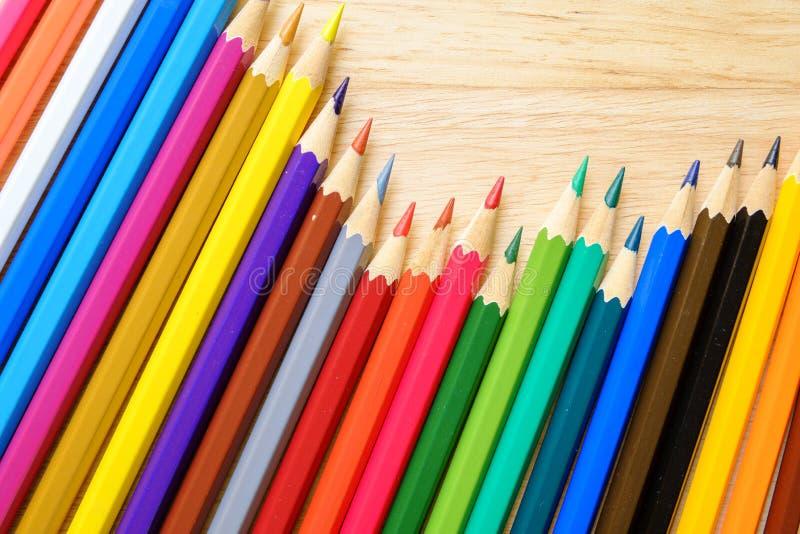 Μολύβια χρώματος στην ξύλινη ανασκόπηση στοκ εικόνα με δικαίωμα ελεύθερης χρήσης