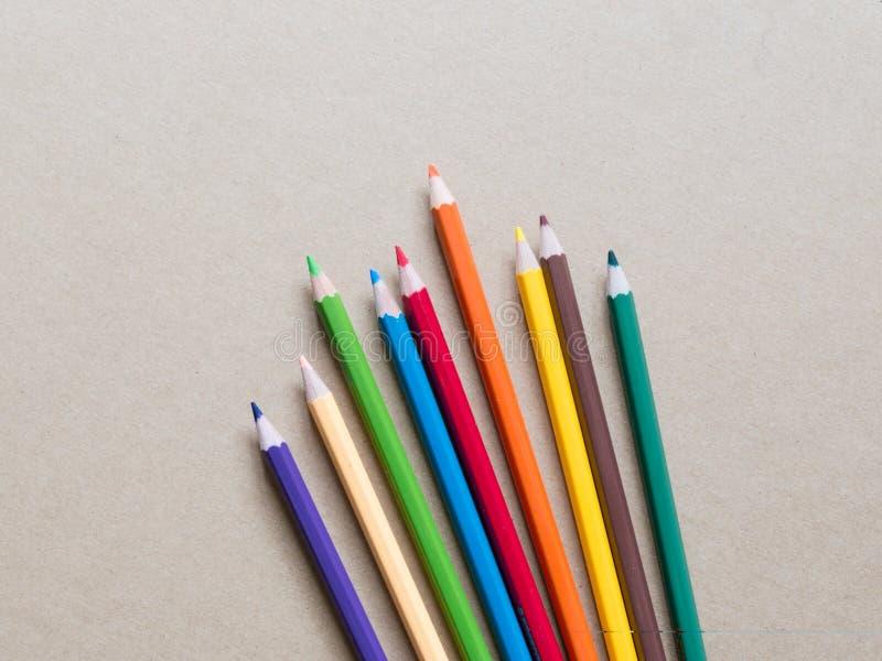 Μολύβια χρώματος στο καφετί υπόβαθρο στοκ φωτογραφίες με δικαίωμα ελεύθερης χρήσης