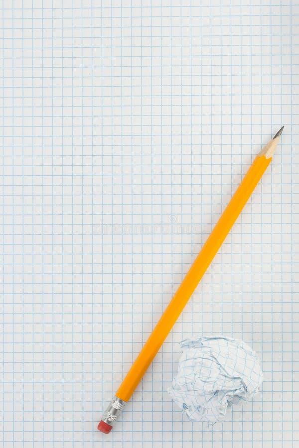 Μολύβι και τσαλακωμένη σφαίρα εγγράφου στοκ φωτογραφίες με δικαίωμα ελεύθερης χρήσης