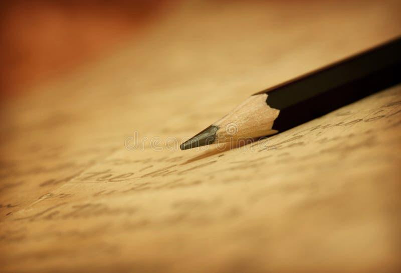Μολύβι στην επιστολή στοκ εικόνες