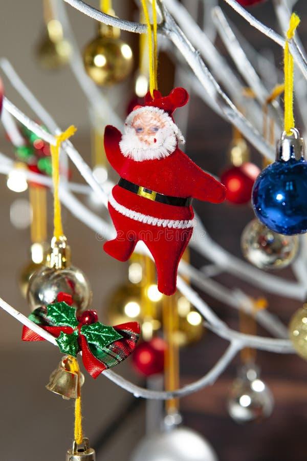 Μπάλες γεμάτα χρώματα χριστουγεννιάτικα στολίδια κρεμασμένα από χριστουγεννιάτικο δέντρο σε ξύλινο χαρτόνι στοκ φωτογραφίες