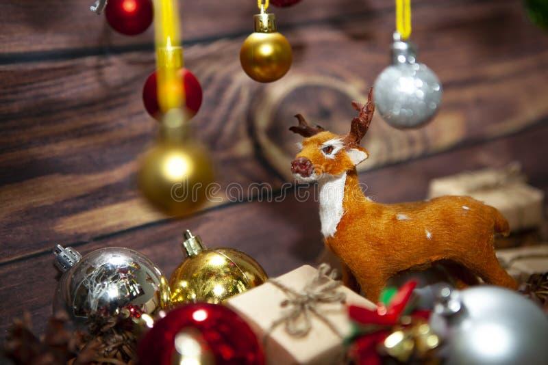 Μπάλες γεμάτα χρώματα χριστουγεννιάτικα στολίδια κρεμασμένα από χριστουγεννιάτικο δέντρο σε ξύλινο χαρτόνι στοκ φωτογραφίες με δικαίωμα ελεύθερης χρήσης