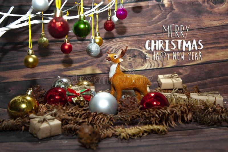 Μπάλες γεμάτα χρώματα χριστουγεννιάτικα στολίδια κρεμασμένα από χριστουγεννιάτικο δέντρο σε ξύλινο χαρτόνι στοκ εικόνα με δικαίωμα ελεύθερης χρήσης