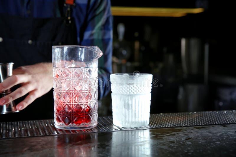 Μπάρμαν που κατασκευάζει το φρέσκο οινοπνευματώδες κόκκινο ρωσικό κοκτέιλ στο μετρητή φραγμών, κινηματογράφηση σε πρώτο πλάνο στοκ φωτογραφία με δικαίωμα ελεύθερης χρήσης
