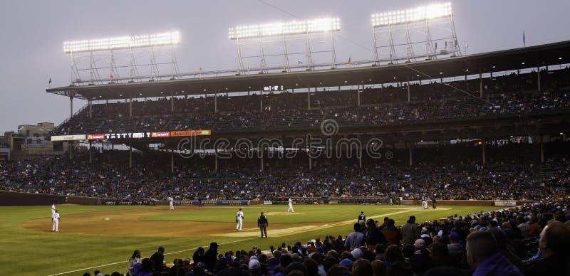 Μπέιζ-μπώλ - βραδινό παιχνίδι των Chicago Cubs σε Wrigley στοκ φωτογραφίες