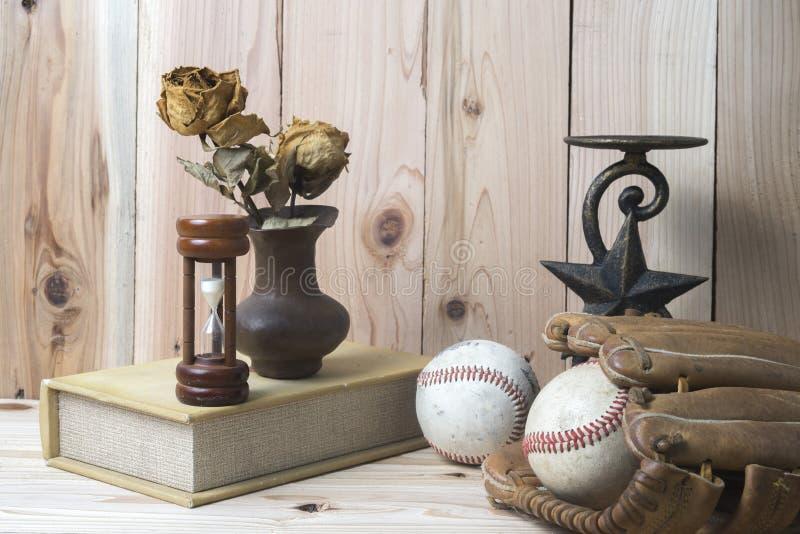 Μπέιζ-μπώλ και γάντι στον ξύλινο πίνακα στοκ εικόνα