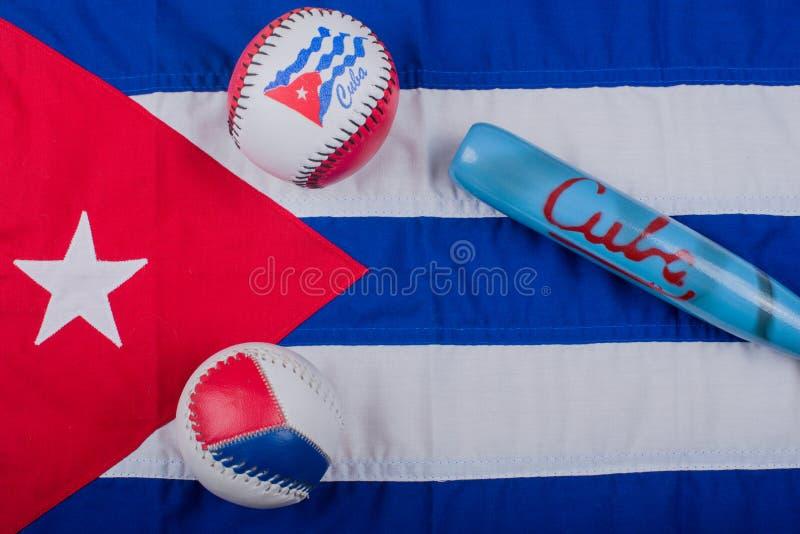 Μπέιζ-μπώλ και ρόπαλα του μπέιζμπολ σε μια σημαία της Κούβας στοκ εικόνα με δικαίωμα ελεύθερης χρήσης