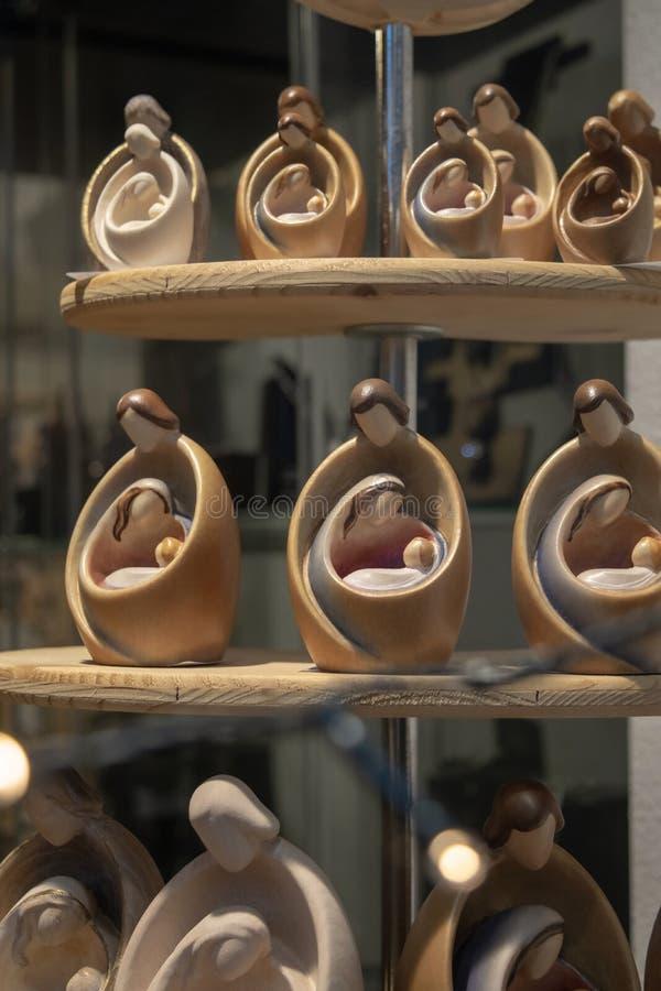 Μπέργκαμο, Λομβαρδία, Ιταλία, παράθυρο του καταστήματος τεχνών με τον ξύλινο Chris στοκ φωτογραφίες