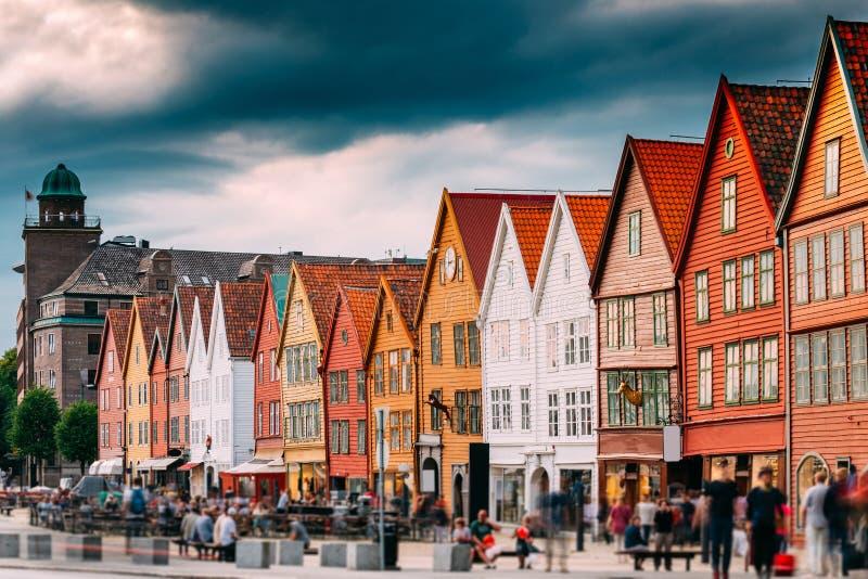Μπέργκεν Νορβηγία Άνθρωποι τουριστών που επισκέπτονται τα ιστορικά σπίτια ορόσημων στοκ εικόνες