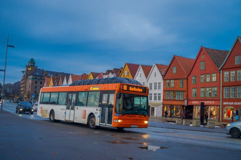 Μπέργκεν, Νορβηγία - 3 Απριλίου 2018: Η δημόσια μεταφορά λεωφορείων κοντά στα ξύλινα σπίτια, Bryggen, είναι μια από μια περιοχή π στοκ εικόνες