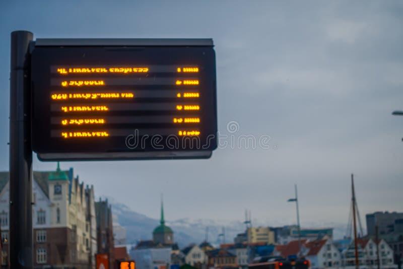 Μπέργκεν, Νορβηγία - 3 Απριλίου 2018: Υπαίθρια άποψη αφίξεων των θολωμένων στάσεων λεωφορείου πληροφοριών στις οδούς της πόλης στοκ εικόνες με δικαίωμα ελεύθερης χρήσης