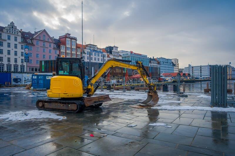 Μπέργκεν, Νορβηγία - 3 Απριλίου 2018: Υπαίθρια άποψη της βαριάς machinary εργασίας στην ανακαίνιση που περπατά κοντά στο ξύλινο σ στοκ εικόνες με δικαίωμα ελεύθερης χρήσης