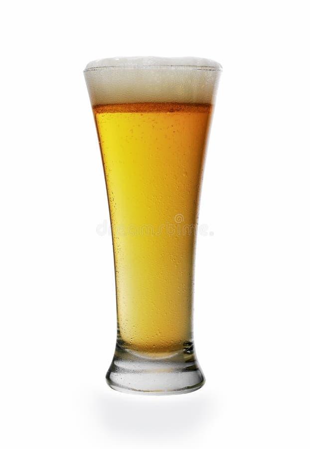 Μπίρα σε γυάλινη φύσιγγα απομονωμένη σε λευκό φόντο στοκ εικόνα με δικαίωμα ελεύθερης χρήσης