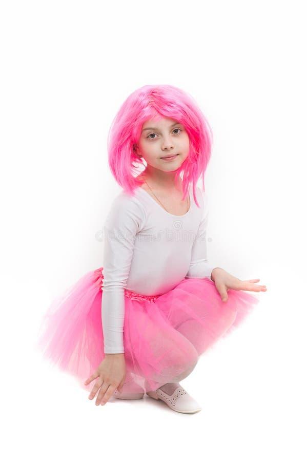 Μπαλέτο και τέχνη Μικρό κορίτσι τ στη ρόδινη φούστα Παιδί στην περούκα που απομονώνεται στο άσπρο υπόβαθρο Ομορφιά και μόδα παιδι στοκ φωτογραφία με δικαίωμα ελεύθερης χρήσης