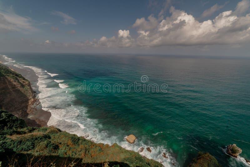 Μπαλί Ινδονησία - απότομος βράχος που απασχολεί Ινδικό Ωκεανό με τα επικά κύματα στοκ εικόνα με δικαίωμα ελεύθερης χρήσης