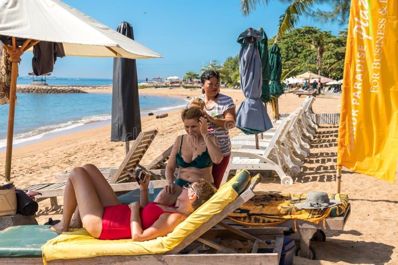 ΜΠΑΛΙ, ΙΝΔΟΝΗΣΙΑ - 14 ΑΠΡΙΛΊΟΥ 2017: Η ανώτερη γυναίκα παίρνει το επικεφαλής μασάζ στην παραλία στοκ φωτογραφία με δικαίωμα ελεύθερης χρήσης