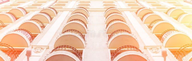 Μπαλκόνια μιας πολυκατοικίας r Αρχιτεκτονικά στοιχεία Σύγχρονο κτήριο στο κλασικό ύφος Multi-storey κτήριο στοκ εικόνες