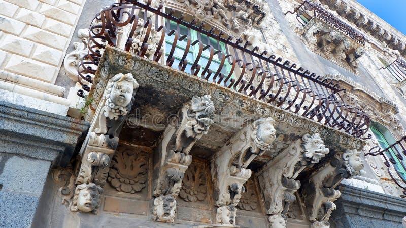 Μπαλκόνι με τις μπαρόκ κονσόλες στην Κατάνια Σικελία, Ιταλία στοκ εικόνα