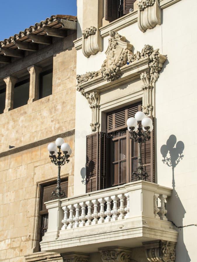 Μπαλκόνι σε μια πρόσοψη στοκ φωτογραφίες
