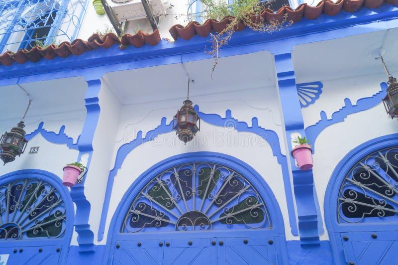 Μπαλκόνι σπιτιών στην μπλε πόλη - Chefchaouen, Μαρόκο στοκ εικόνες