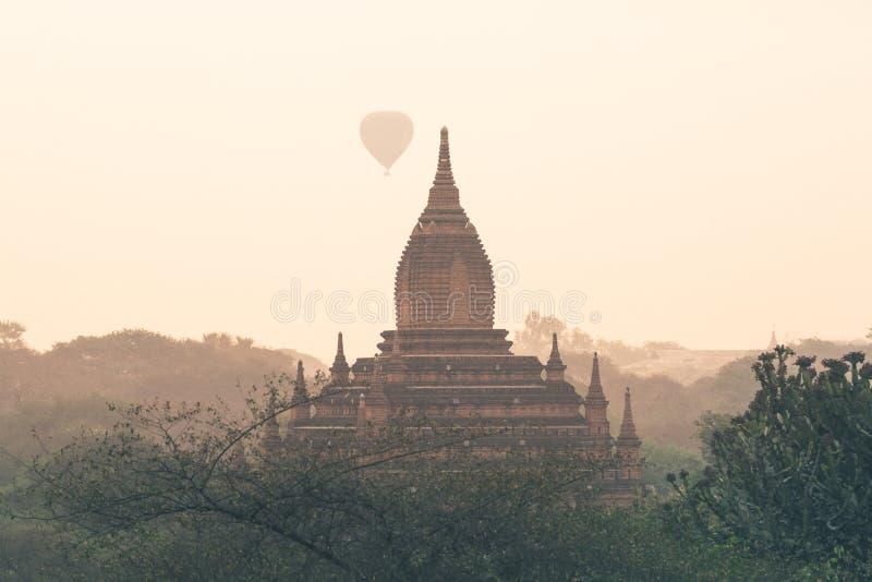 Μπαλόνια αέρα που πετούν πέρα από την παγόδα στο ναό Bagan σύνθετο στο Μιανμάρ στοκ εικόνα με δικαίωμα ελεύθερης χρήσης