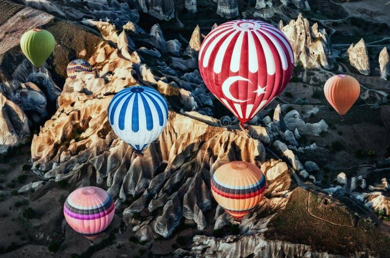 Μπαλόνια ζεστού αέρα πέρα από το τοπίο βουνών σε Cappadocia στοκ φωτογραφία με δικαίωμα ελεύθερης χρήσης