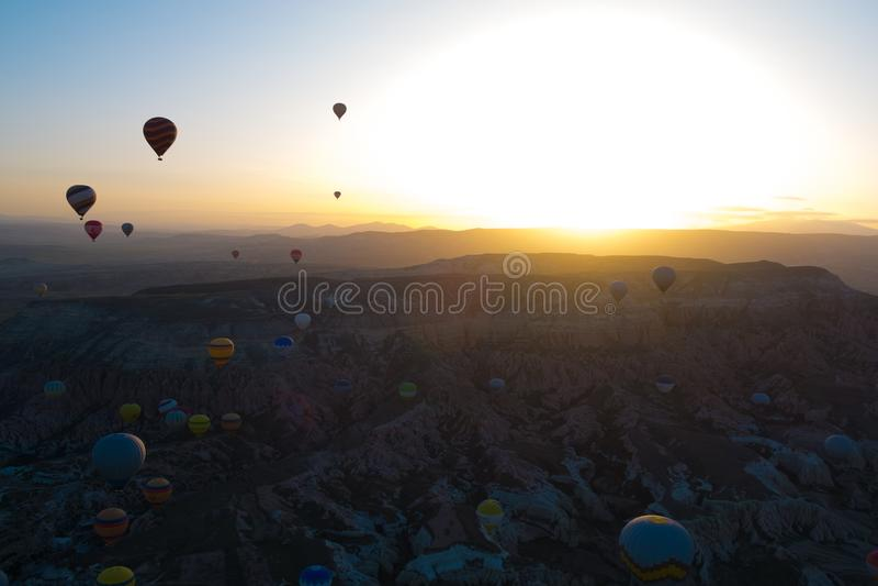 Μπαλόνια με την άνοδο ήλιων σε Cappadocia, Τουρκία στοκ φωτογραφίες