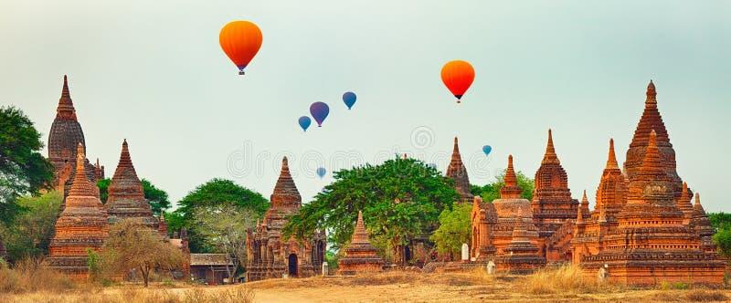 Μπαλόνια πέρα από τους ναούς σε Bagan Myanmar πανόραμα στοκ φωτογραφία