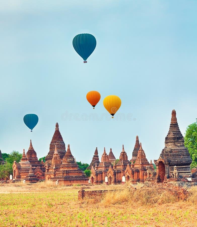 Μπαλόνια πέρα από τους ναούς σε Bagan Myanmar στοκ εικόνα με δικαίωμα ελεύθερης χρήσης