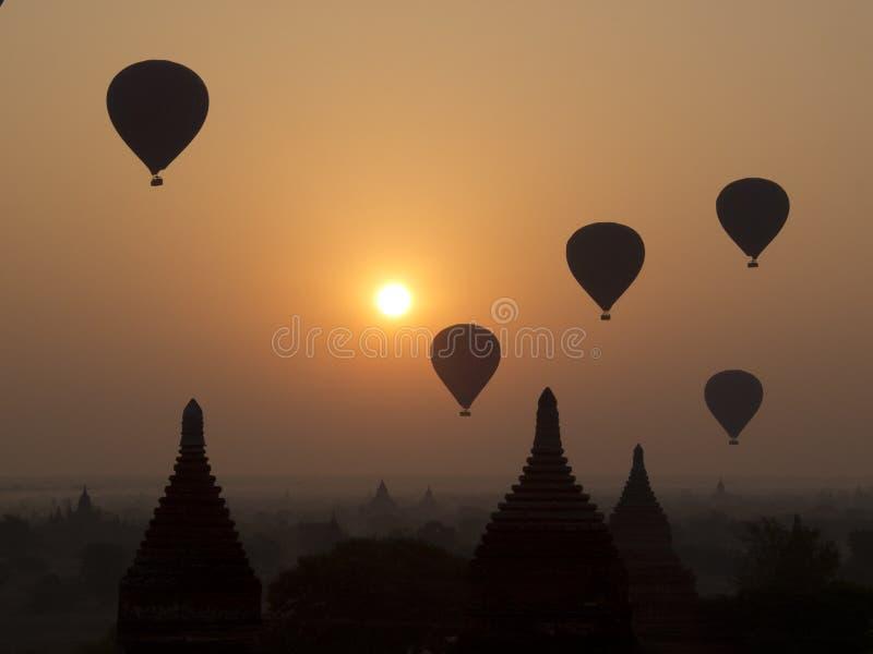 Μπαλόνια πέρα από τους ναούς Bagan στοκ φωτογραφίες