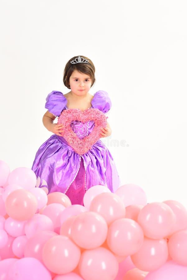 Μπαλόνια συμβαλλόμενου μέρους γενέθλια ευτυχή κόκκινος αυξήθηκε κορίτσι λίγη πριγκήπισσα μόδα παιδιών Λίγη δεσποινίδα στο φόρεμα  στοκ εικόνα