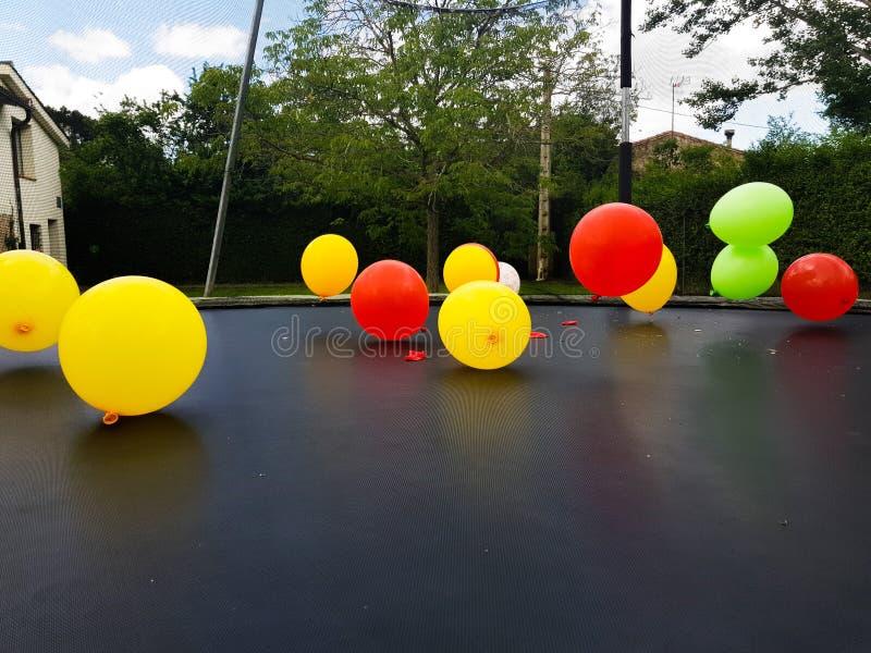 Μπαλόνια των χρωμάτων, κόκκινο, κίτρινος, πράσινος, με την αίσθηση της μετακίνησης και της ζωής στοκ εικόνα