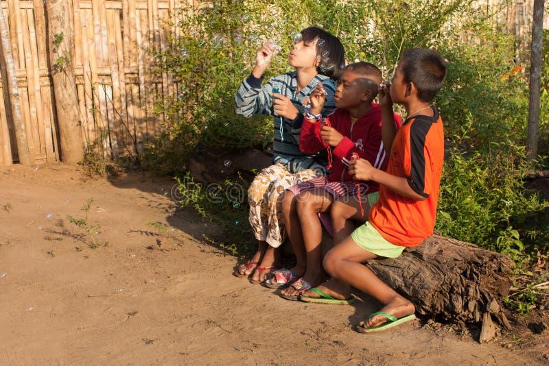 Μπαλόνια φυσαλίδων παιχνιδιού παιδιών στοκ φωτογραφίες