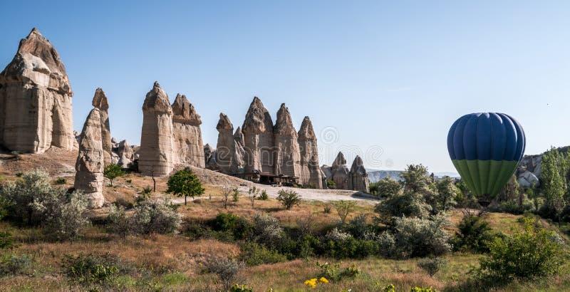 Μπαλόνι ζεστού αέρα επάνω από την κοιλάδα αγάπης σε Cappadocia, Τουρκία στοκ φωτογραφία