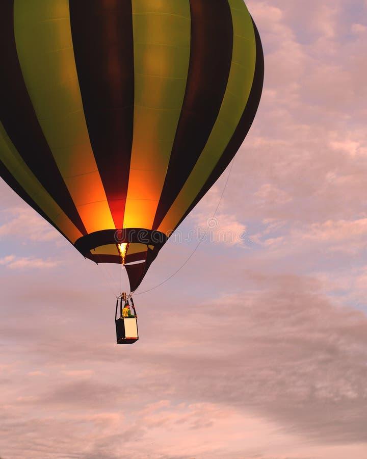 Μπαλόνι ζεστού αέρα που αυξάνεται στο φως πρωινού στοκ εικόνα με δικαίωμα ελεύθερης χρήσης